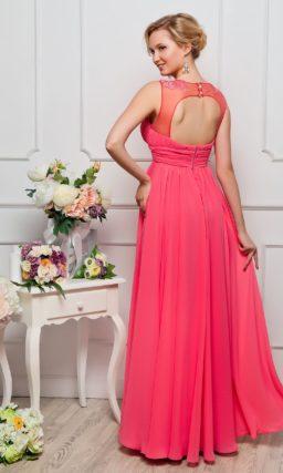 Прямое вечернее платье насыщенного розового цвета с завышенной талией и округлым вырезом.