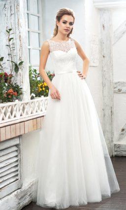 Пышное свадебное платье с кружевной отделкой лифа и открытой спиной.