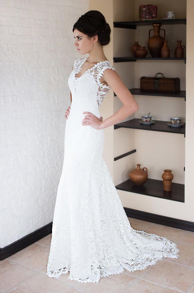 Облегающее свадебное платье с эффектными бретелями.