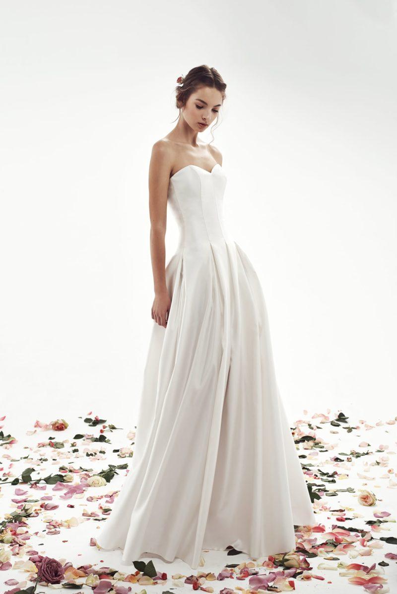 Атласное свадебное платье с открытым корсетом с лифом в форме сердца.