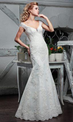 Облегающее свадебное платье «русалка» с глубоким декольте и широкими бретелями.