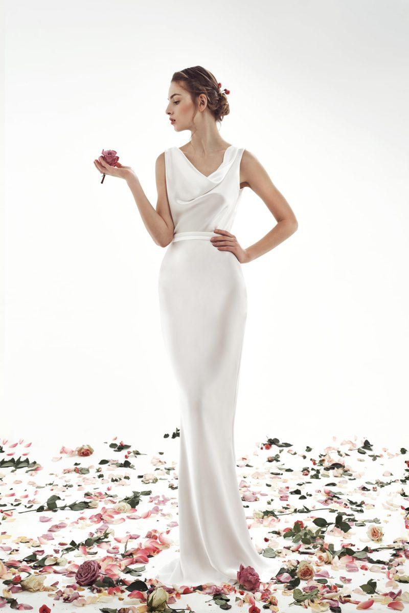 Атласное свадебное платье прямого кроя с элегантным округлым лифом.
