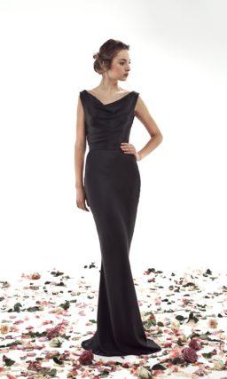 Атласное свадебное платье черного цвета с задрапированным декольте.