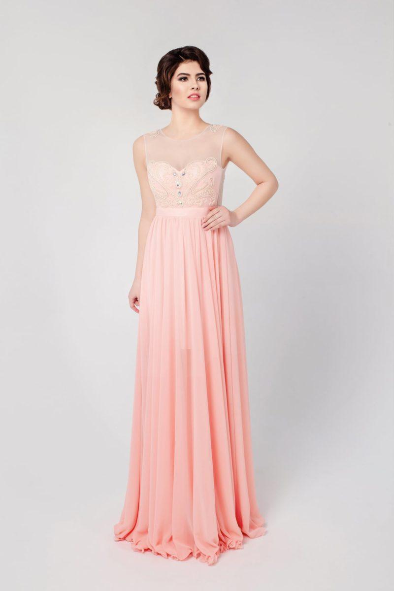 Прямое вечернее платье персикового цвета с полупрозрачной вставкой над лифом.