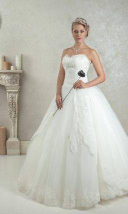Пышное свадебное платье с кружевным корсетом и шнуровкой на спинке.