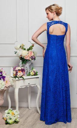 Элегантное вечернее платье насыщенного синего цвета с завышенной талией и открытой спинкой.