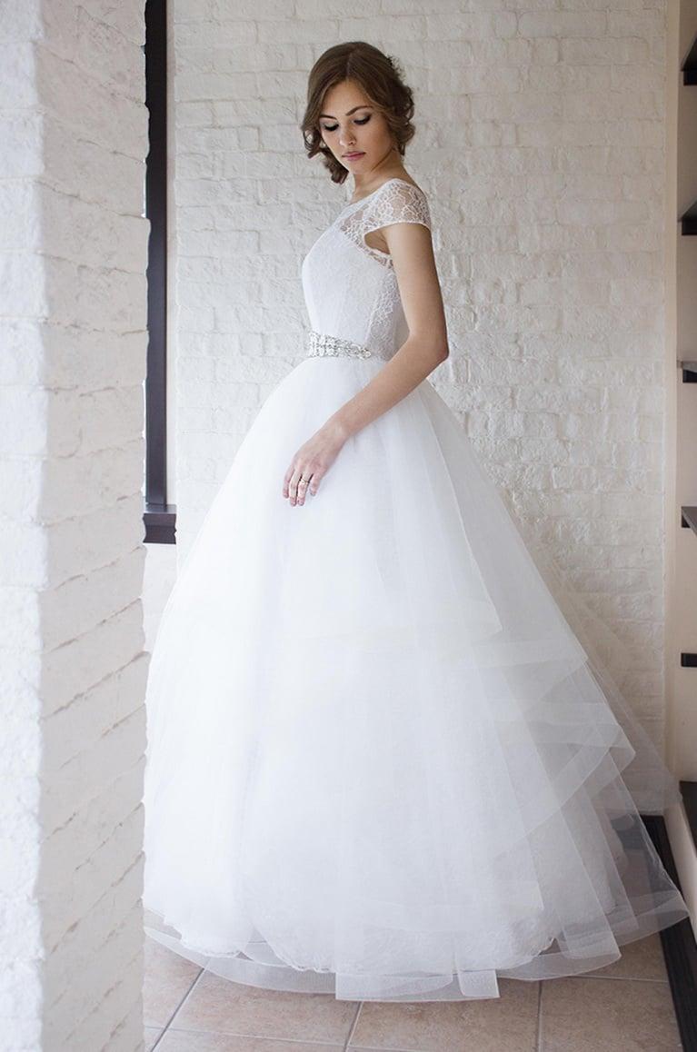 Пышное свадебное платье с коротким рукавом и широким поясом.