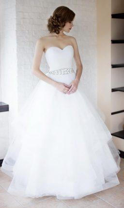 Открытое свадебное платье с многоярусной юбкой и лифом-сердечком.