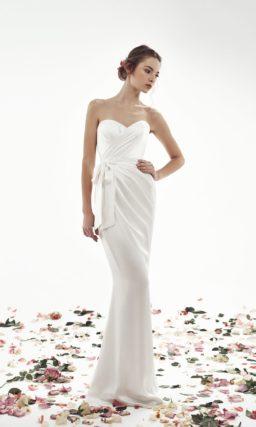 Облегающее свадебное платье из атласа, задрапированное по фигуре.