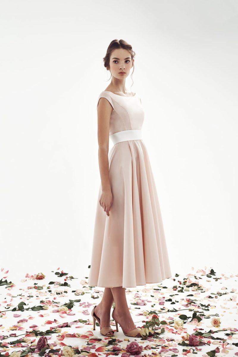 Розовое свадебное платье чуть ниже колена с широким белым поясом.
