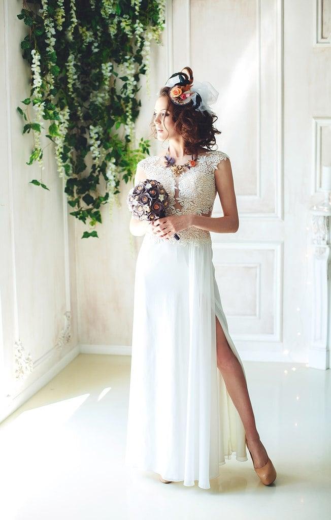 Прямое свадебное платье с чувственным разрезом на многослойной юбке.