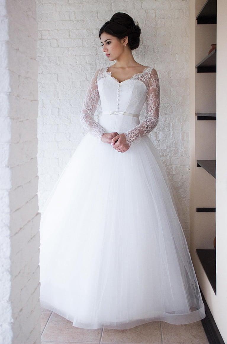 Пышное свадебное платье с V-образным вырезом и длинным рукавом.
