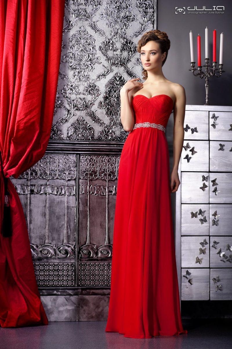 Красное вечернее платье изящного прямого кроя с открытым декольте.