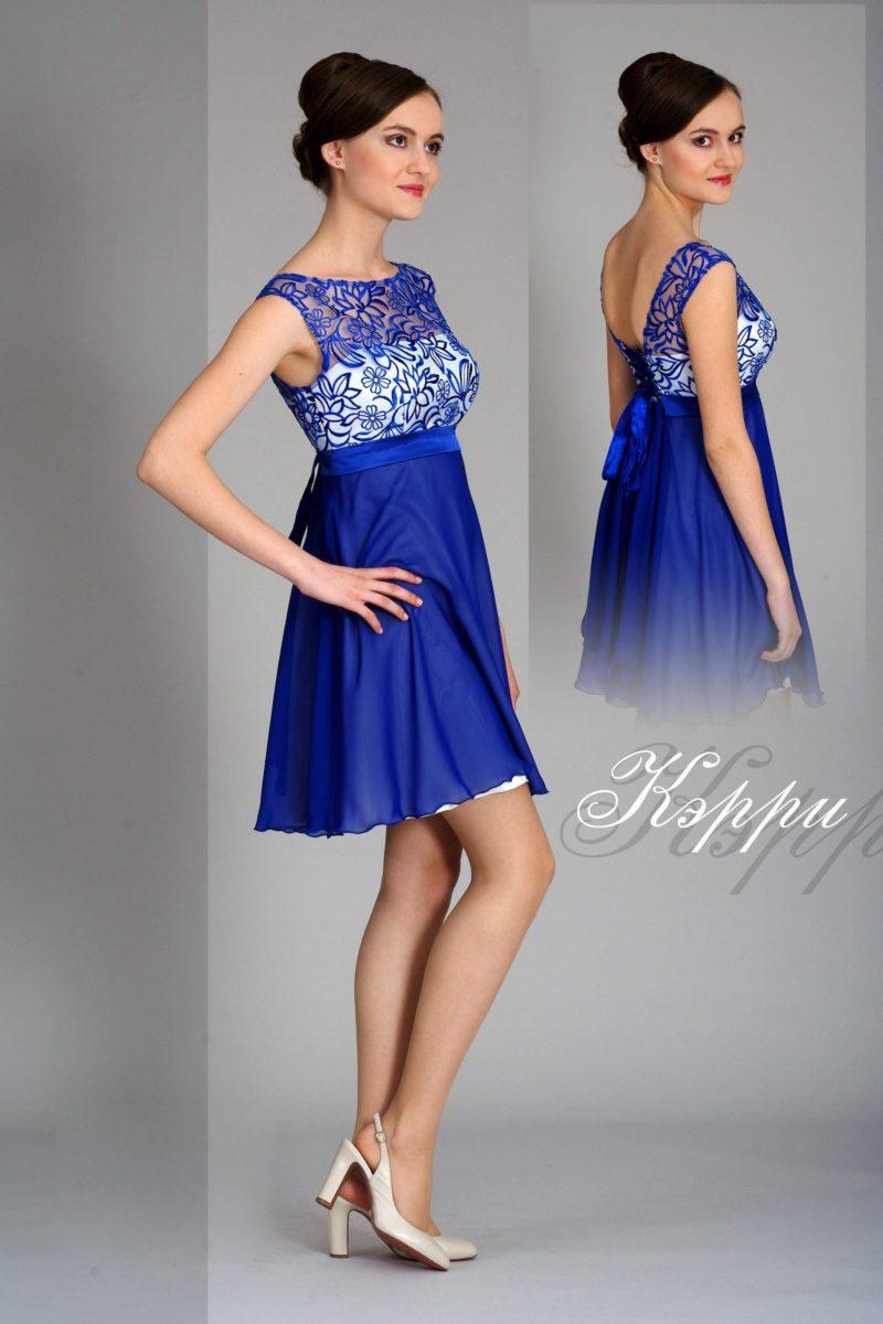Короткое вечернее платье синего цвета с кружевным лифом на белой подкладке.