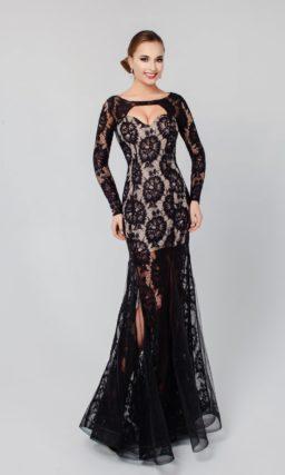 Длинное вечернее платье с эффектным декором черным кружевом и длинными рукавами.