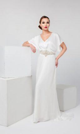 Атласное вечернее платье белого цвета, выполненное в греческом стиле, с широкими рукавами.