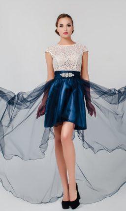 Прямое вечернее платье с коротким рукавом и роскошной полупрозрачной юбкой.