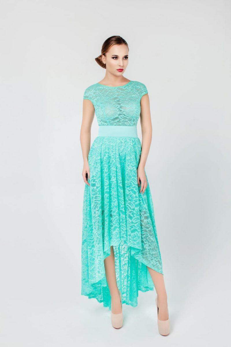 Бирюзовое вечернее платье с укороченным спереди подолом и широким поясом на талии.