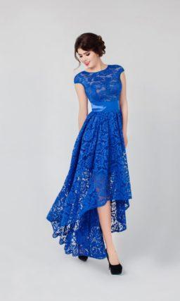 Оригинальное вечернее платье синего цвета с укороченным спереди подолом и широким поясом.