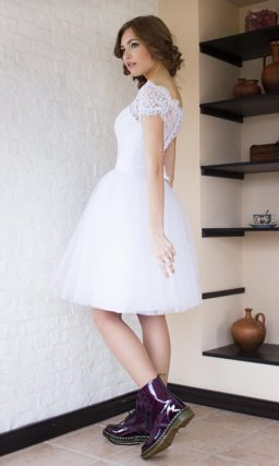 Пышное свадебное платье до колена с коротким кружевным рукавом.