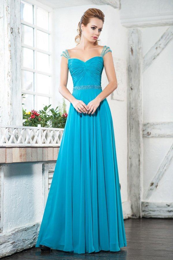 Прямое вечернее платье голубого цвета с элегантным вырезом на спинке.