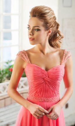 Прямое вечернее платье кораллового цвета с лаконичным корсетом с драпировками.