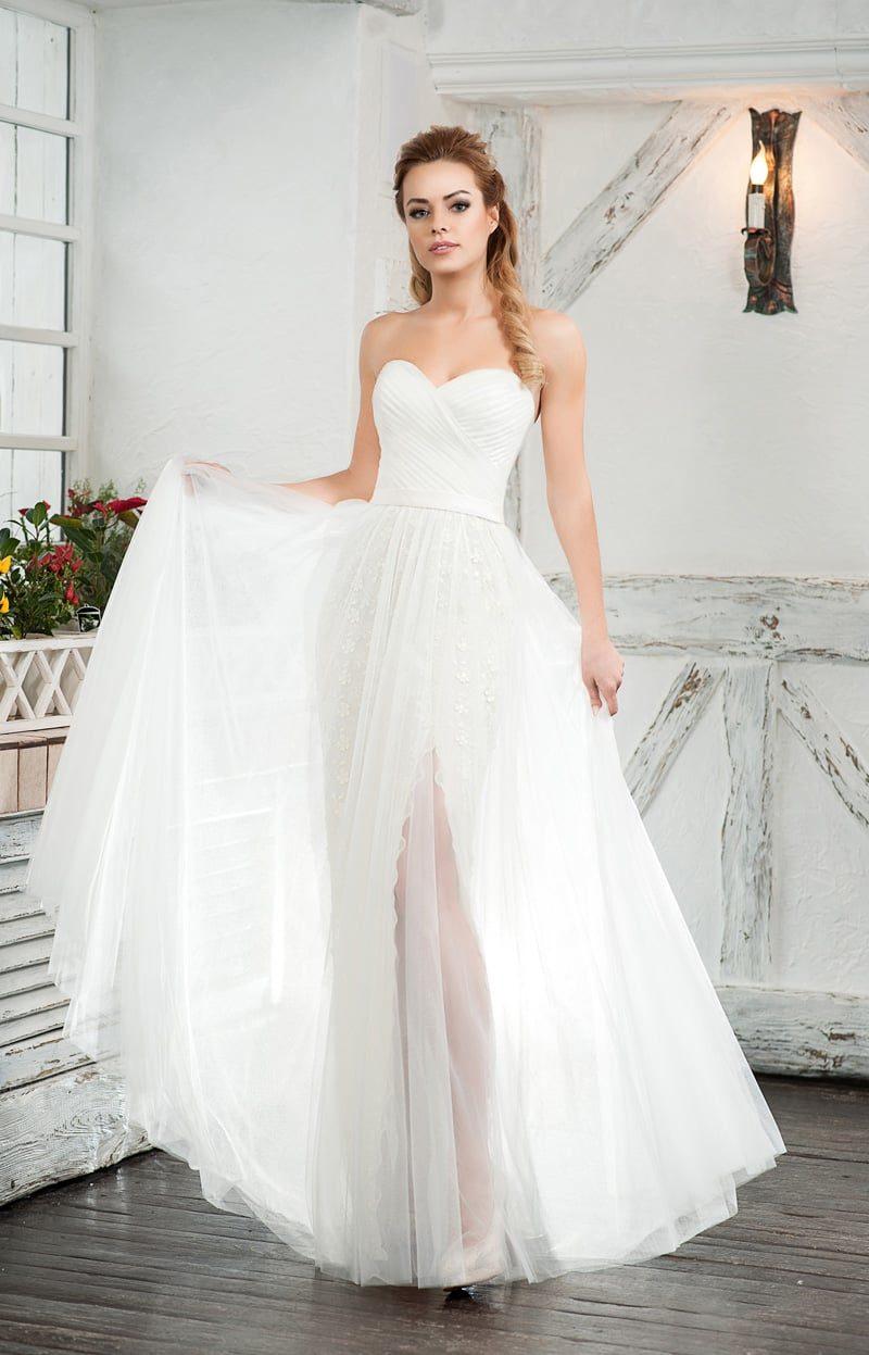 Открытое свадебное платье с лифом в форме сердца и разрезом на юбке.