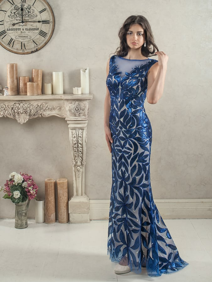 Облегающее вечернее платье со светлой подкладкой и синим декором.