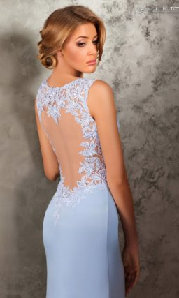 Голубое вечернее платье облегающего кроя с кружевной отделкой лифа.