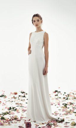 Прямое свадебное платье с завышенной талией и открытой спинкой.