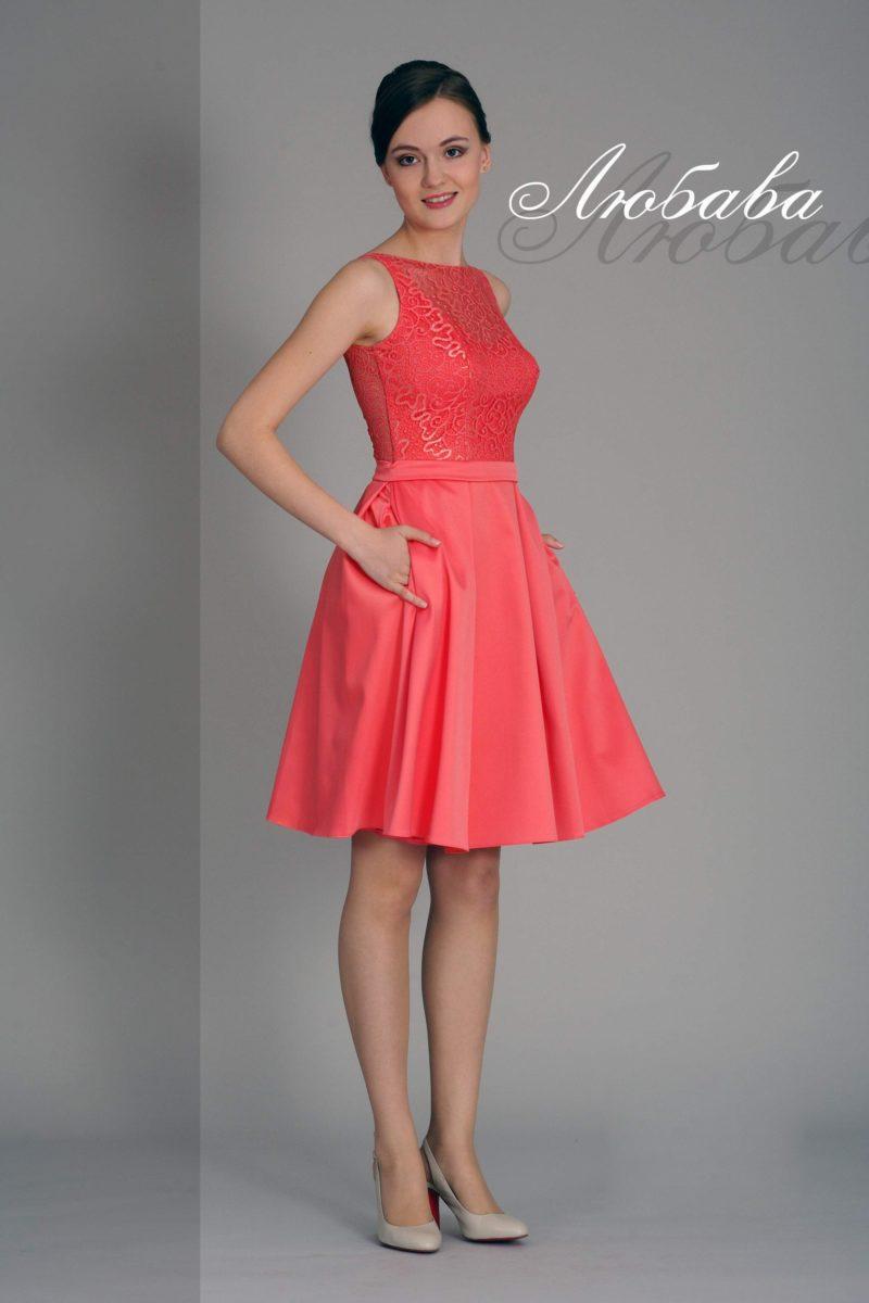 Коралловое коктейльное платье с закрытым кружевным лифом и юбкой длиной до колена.
