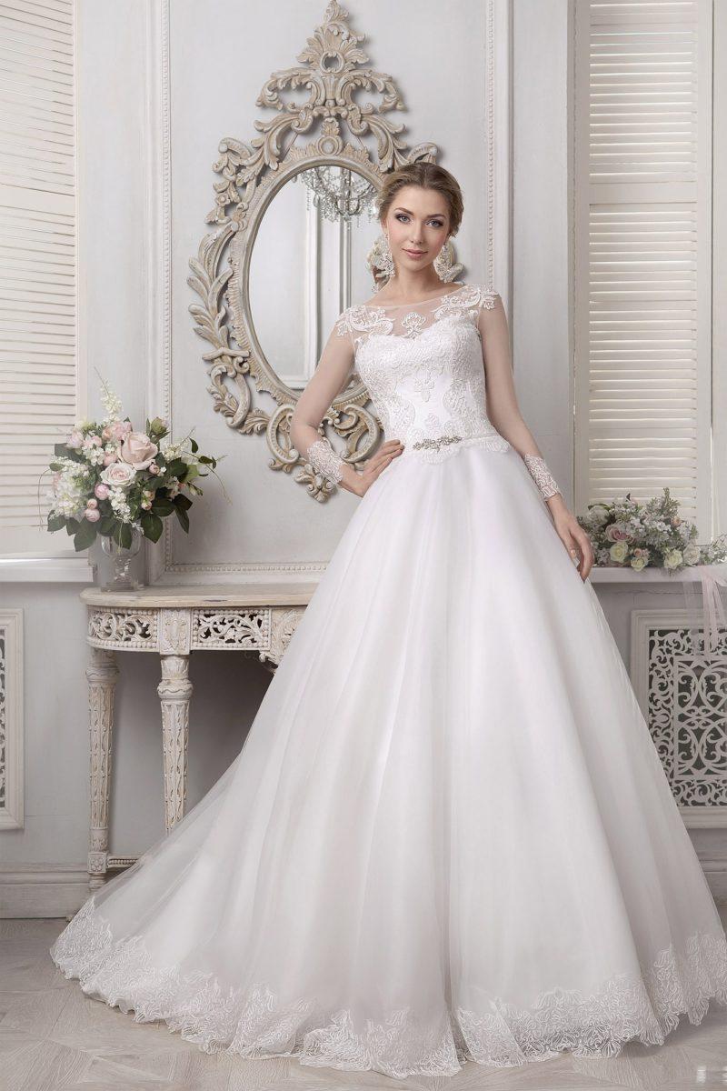 Стильное свадебное платье «принцесса» с полупрозрачными рукавами и кружевной отделкой.