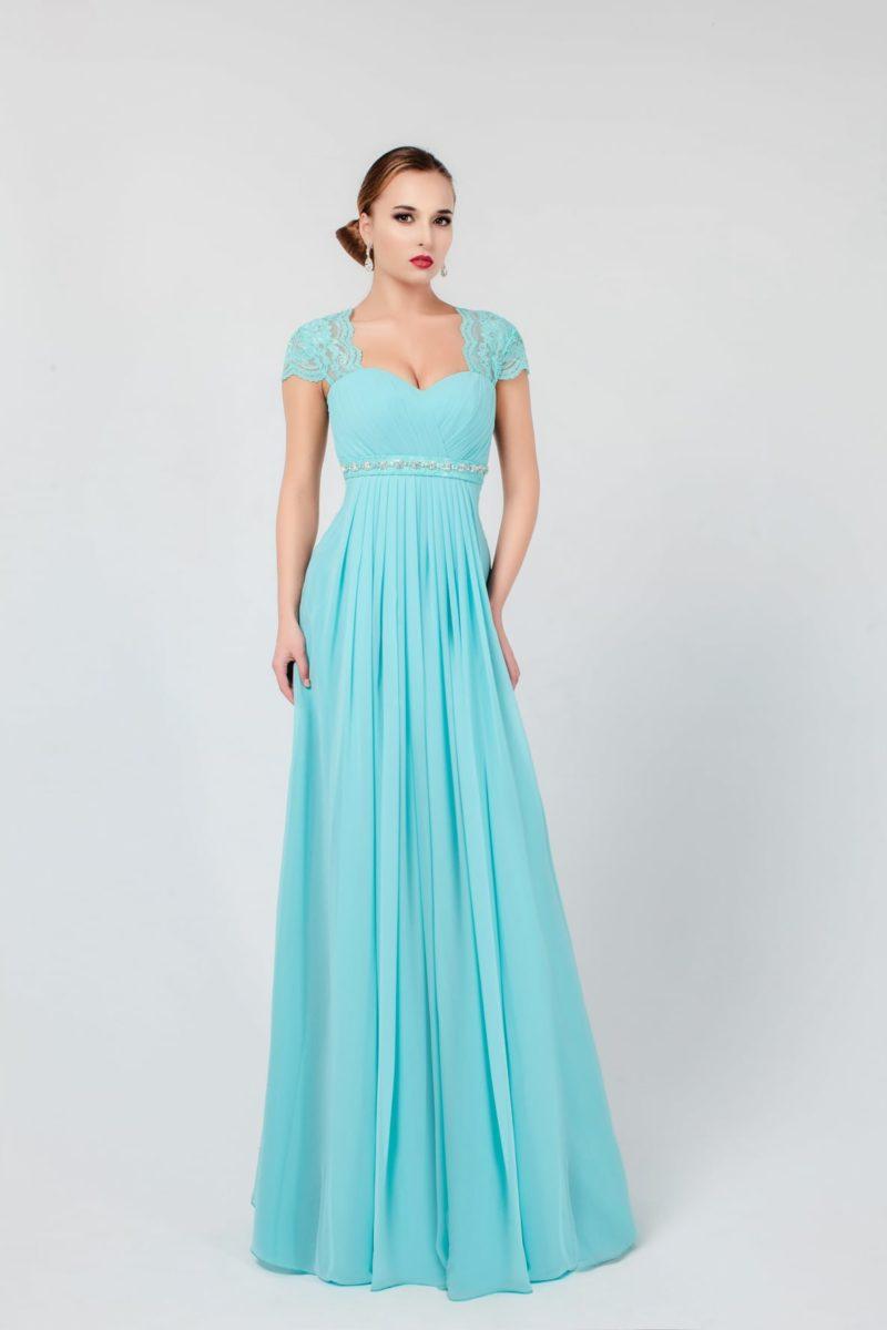 Голубое вечернее платье прямого кроя с короткими кружевными рукавами и завышенной талией.