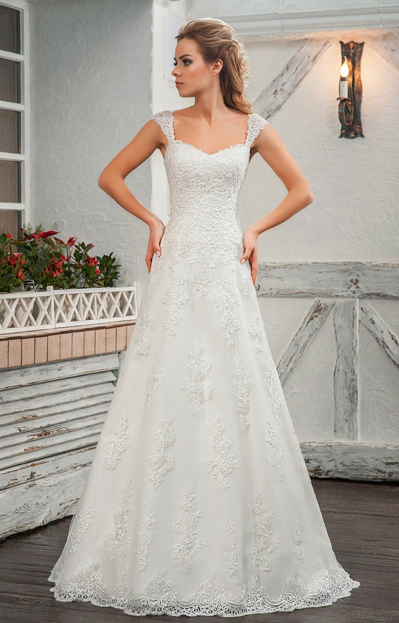 Фактурное свадебное платье «принцесса» с широкими бретелями.