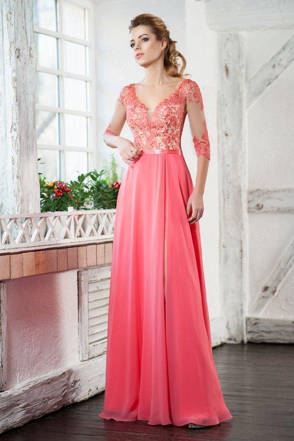 Персиково-розовое вечернее платье прямого кроя с тонкими рукавами.