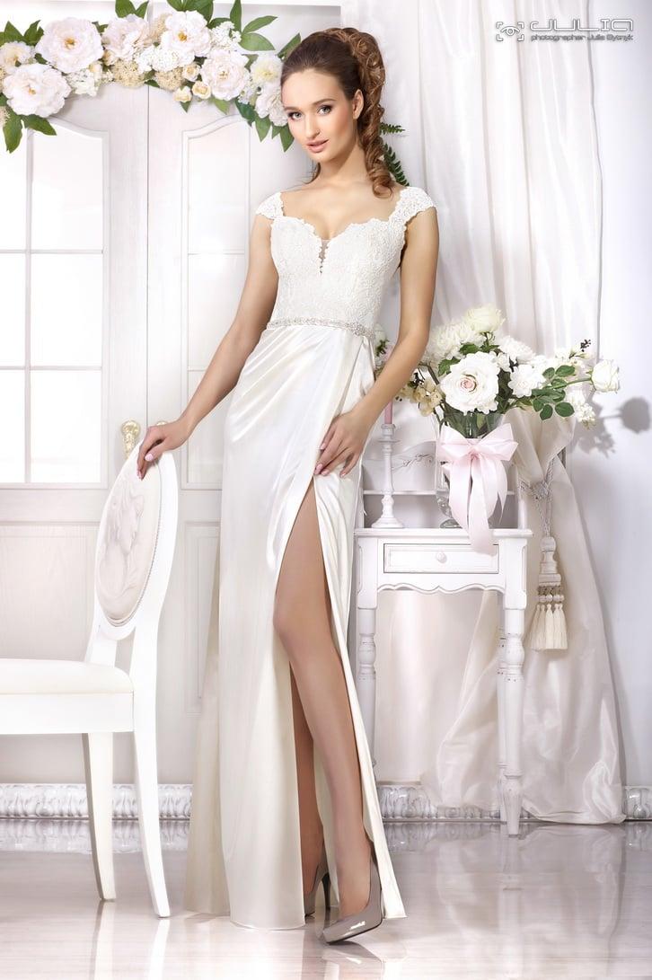 Прямое свадебное платье с эффектным разрезом по подолу и коротким рукавом.