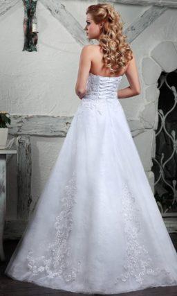 Потрясающее свадебное платье пышного кроя с кружевным декором.