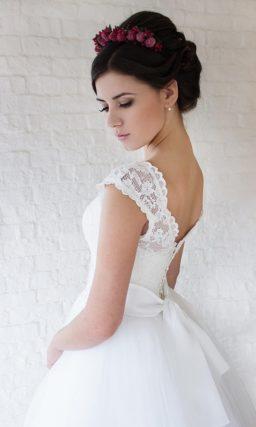 Классическое свадебное платье с пышной многослойной юбкой.