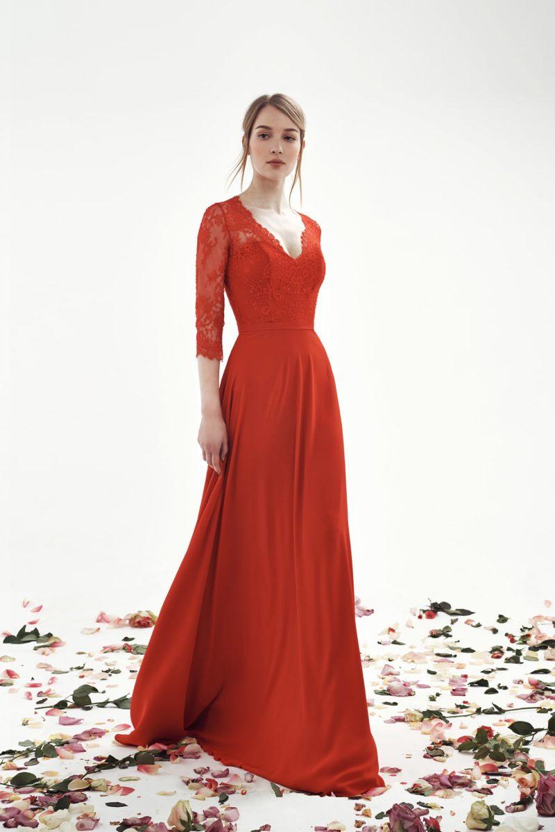 Прямое свадебное платье с кружевным верхом и V-образным вырезом.