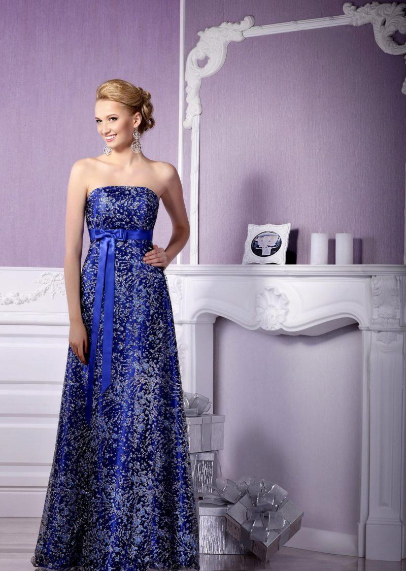 Сверкающее вечернее платье насыщенного синего оттенка с открытым лифом прямого кроя.