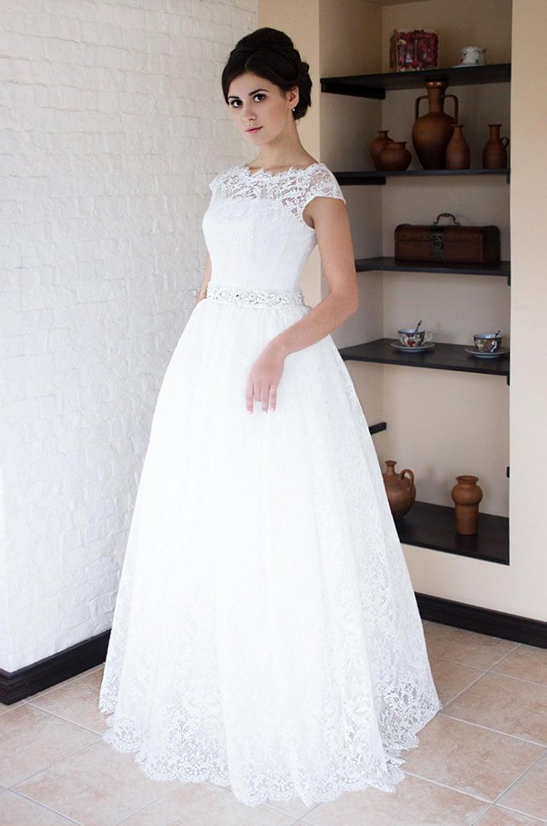Пышное свадебное платье с кружевным верхом и широкими бретелями.