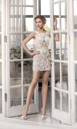 Свадебное платье «футляр» с юбкой до середины бедра и подкладкой в тон кожи.
