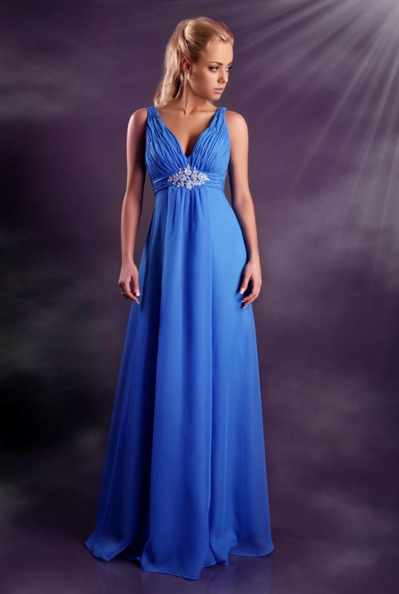 Яркое вечернее платье голубого цвета с V-образным вырезом декольте.