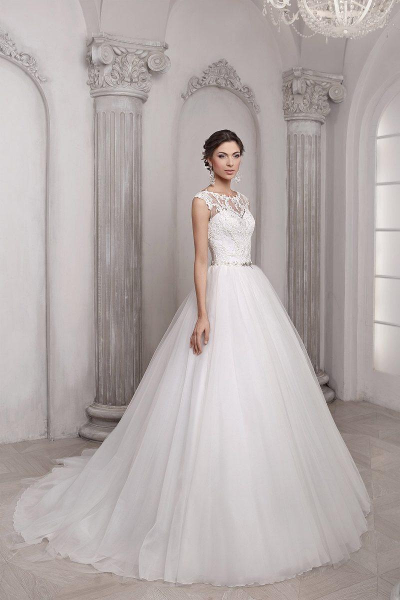Торжественное свадебное платье с потрясающей пышной юбкой, дополненной многослойным шлейфом.
