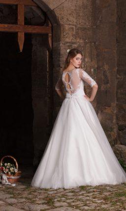 Пышное свадебное платье с прозрачными рукавами, украшенными аппликациями.