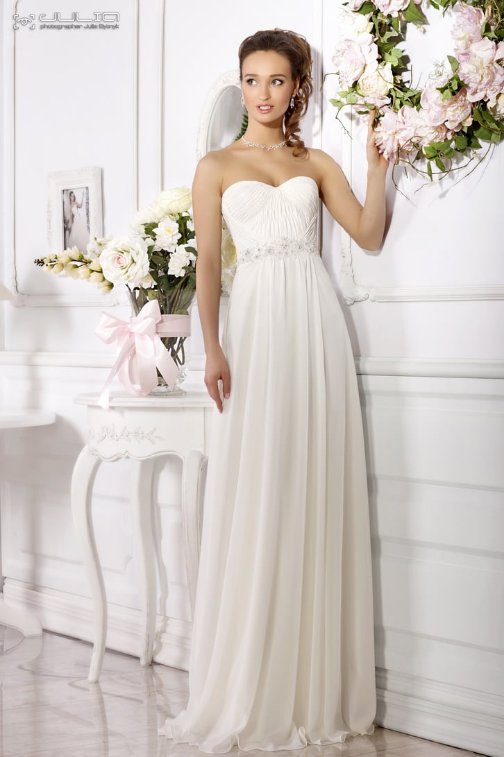 Открытое свадебное платье с лифом в форме сердца и вышивкой по талии.