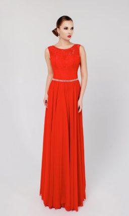 Выразительное вечернее платье прямого кроя с узким сверкающим поясом и кружевным декором.