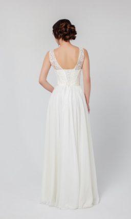 Белое вечернее платье с женственным округлым декольте и изящной прямой юбкой.