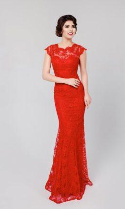 Прямое вечернее платье с отделкой красным кружевом, фигурным вырезом и открытой спиной.
