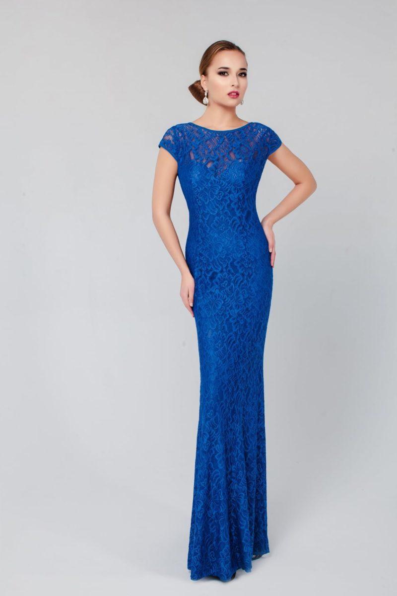 Синее вечернее платье прямого кроя с круглым вырезом и короткими рукавами, украшенное кружевом.